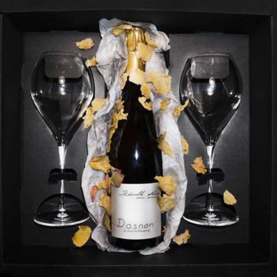 Šampanietis ar divām glāzēm