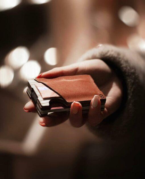 Elegants koka vizītkaršu / kredītkaršu turētājs ar ādas kabatiņu banknotēm